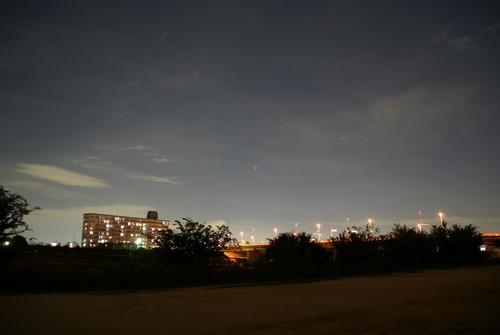 真ん中に皆既月食中で暗い月